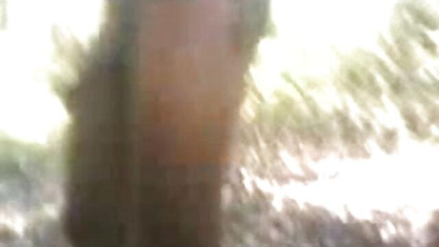 મામન rubs ધૂળ હેઠળ ત્રીપલ એક્સ બીપી વીડીયો સેકસી બેડ અને અટકી